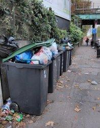 kontenery przepełnione śmieciami