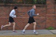 mężczyźni podczas biegania